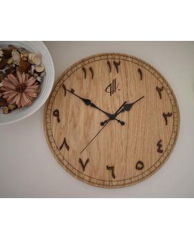 ساعة حائط خشبية بأرقام عربية